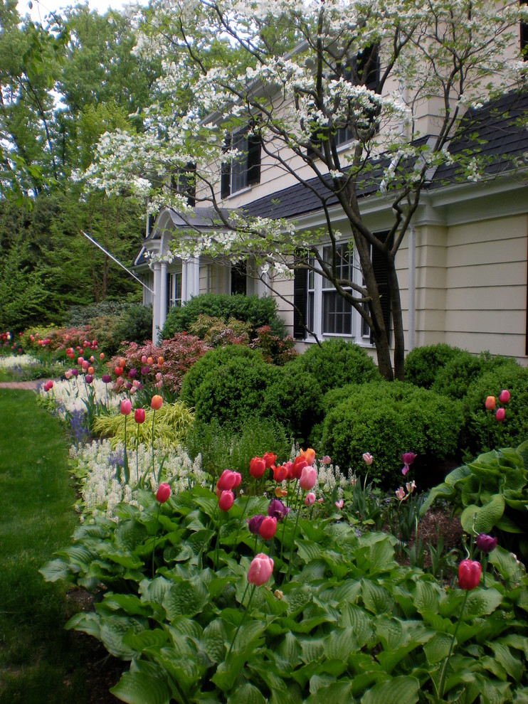 Design ideas for a mid-sized traditional full sun front yard stone landscaping in Boston.