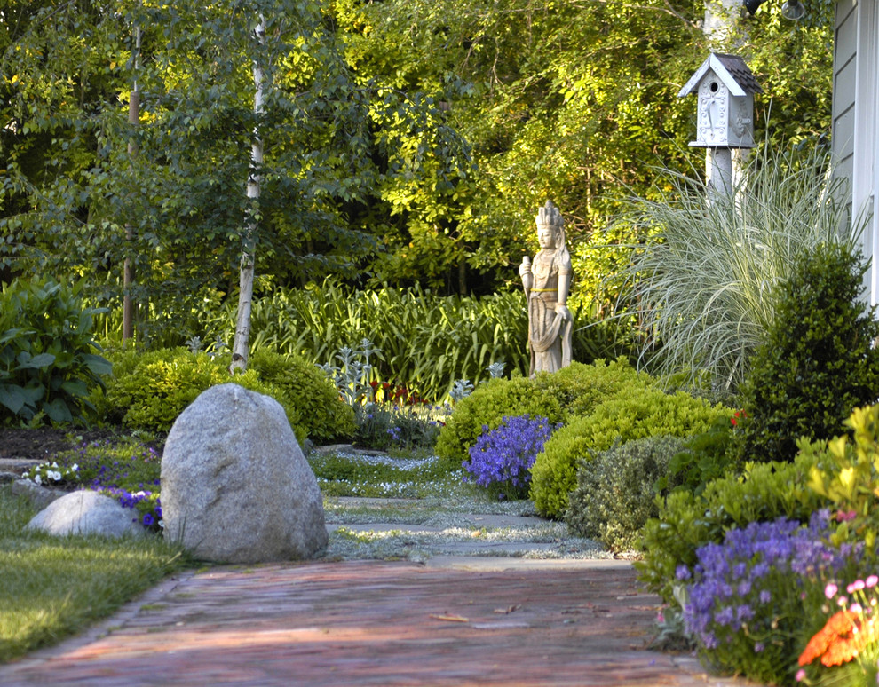 This is an example of a traditional backyard brick landscaping in San Francisco.