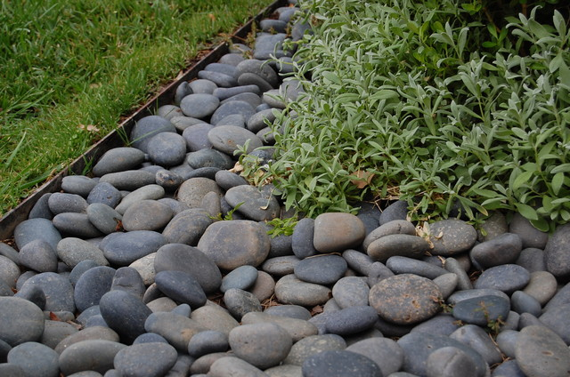 Steel edging landscape los angeles by jason lee for Edging to keep mulch off sidewalk