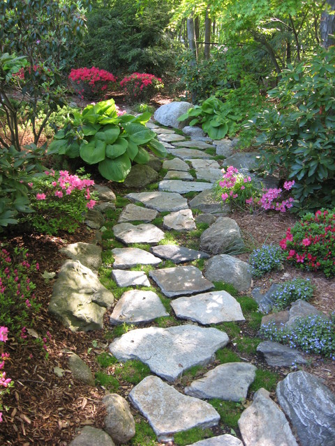 Stepping stone walkway garden path traditional landscape for Rock stepping stones landscaping