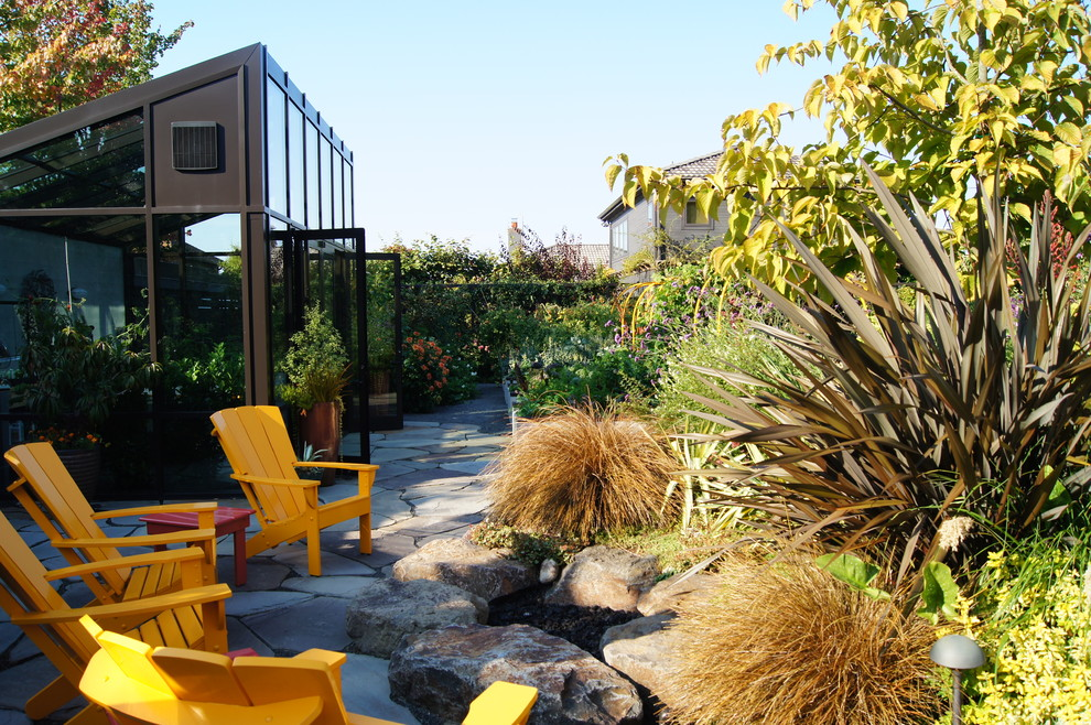 Design ideas for a contemporary backyard landscaping in Seattle.