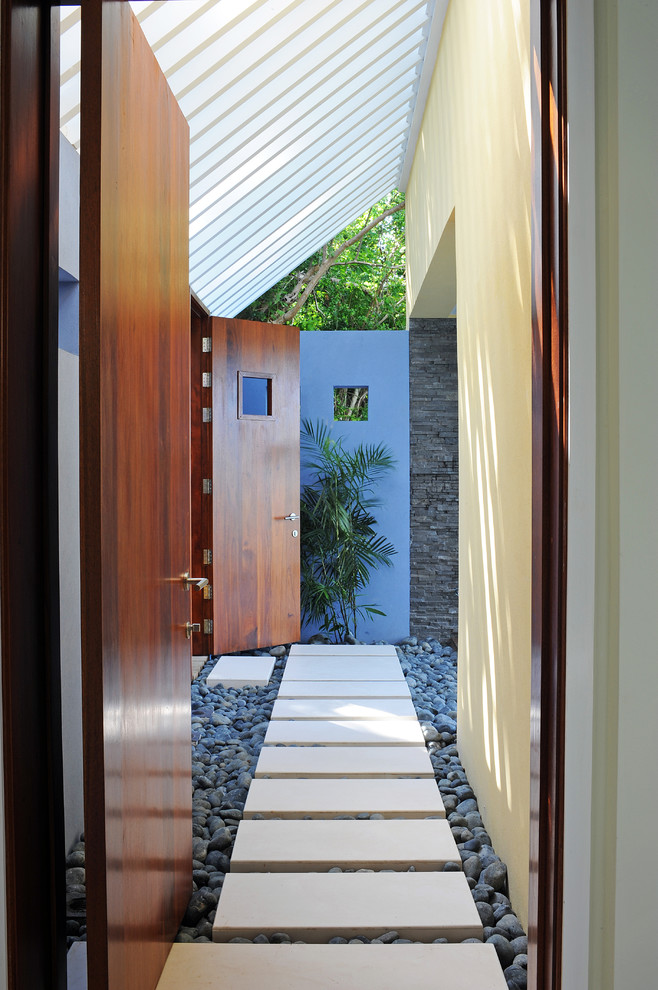 Design ideas for a contemporary courtyard landscaping in Miami.