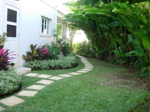 The villa garden renos Tropical Landscape Other by Home