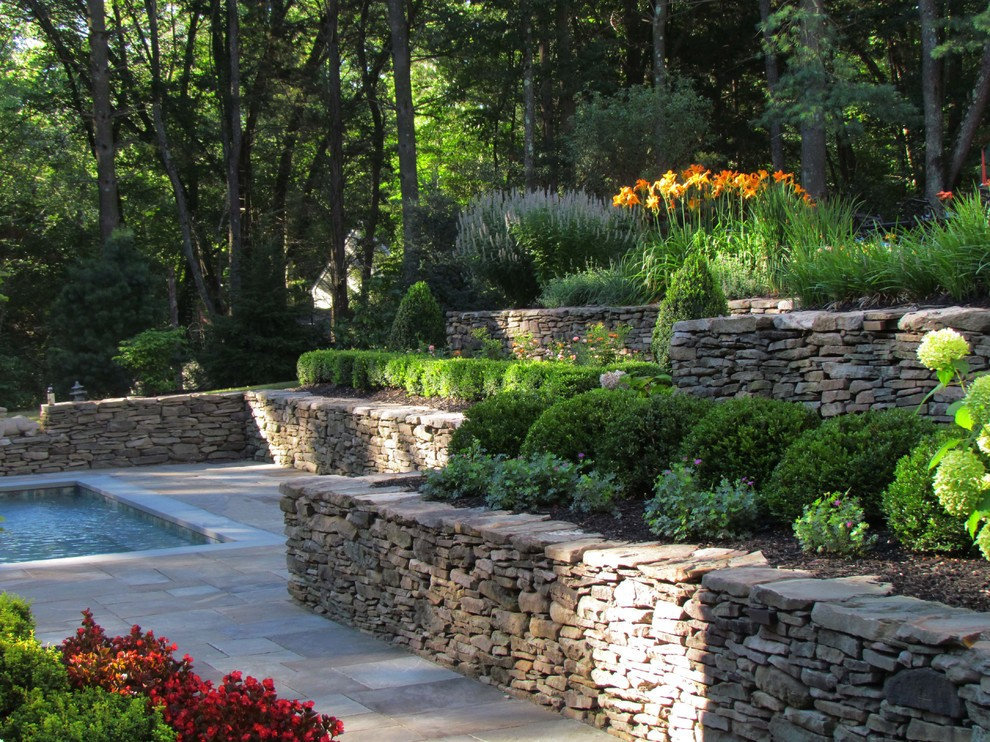 Design ideas for a traditional backyard stone landscaping in New York.