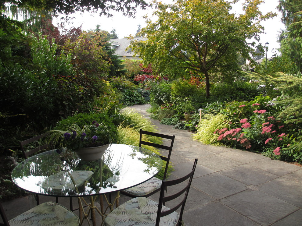 Design ideas for a traditional stone landscaping in Seattle.