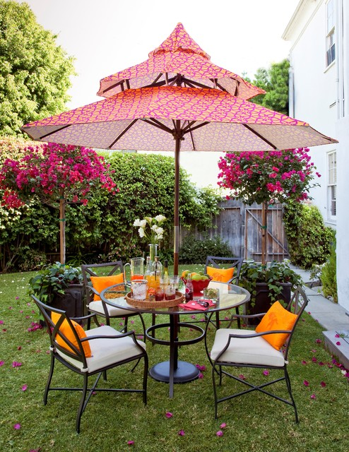 This is an example of a transitional shade backyard landscaping in Los Angeles for summer.