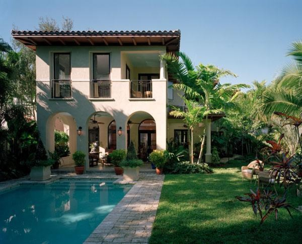 Tropical garden and pool area in a miami residence for Landscape design orlando