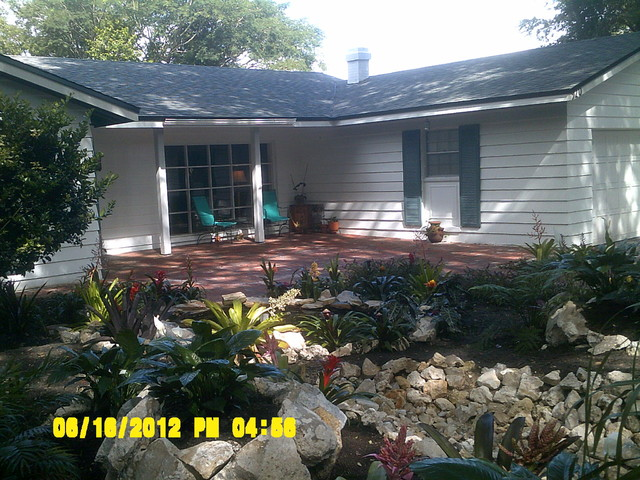 Tropical low maintenance front yard traditional landscape for Low maintenance tropical garden