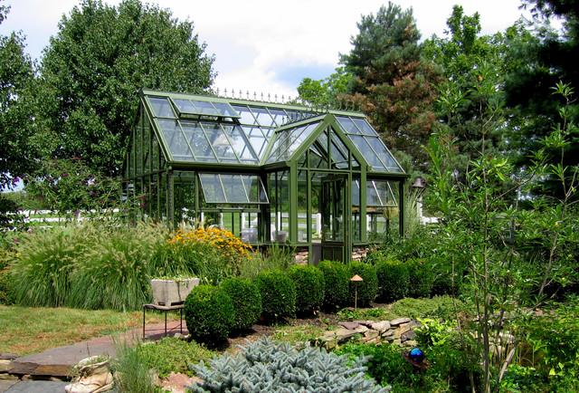 Cette photo montre un jardin arrière chic avec une exposition ensoleillée et des pavés en pierre naturelle.