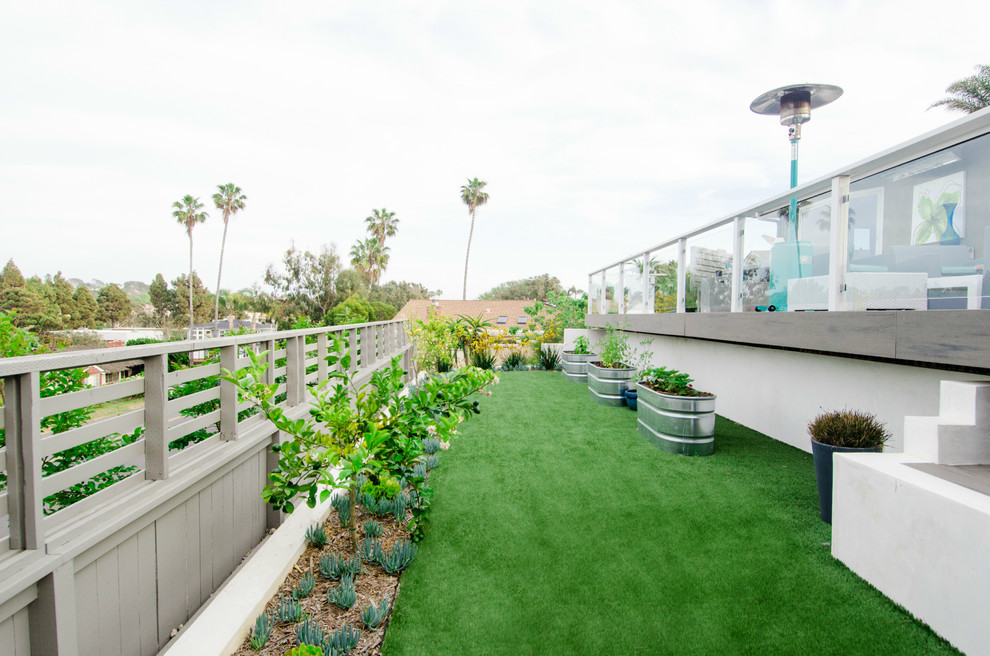 This is an example of a contemporary drought-tolerant and full sun backyard vegetable garden landscape in San Diego.