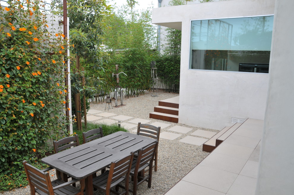 Design ideas for a modern gravel landscaping in Los Angeles.