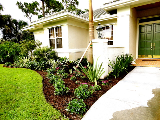 Vero beach fl front yard landscape tropical landscape for Florida backyard landscaping ideas