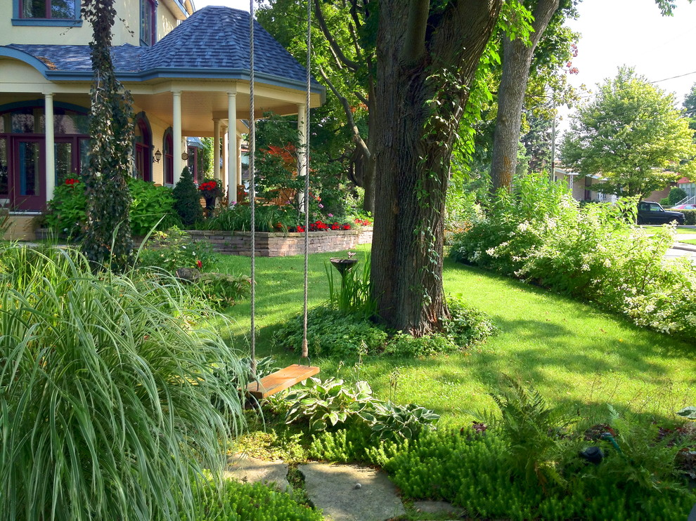 Photo of a traditional shade front yard landscaping in Montreal.