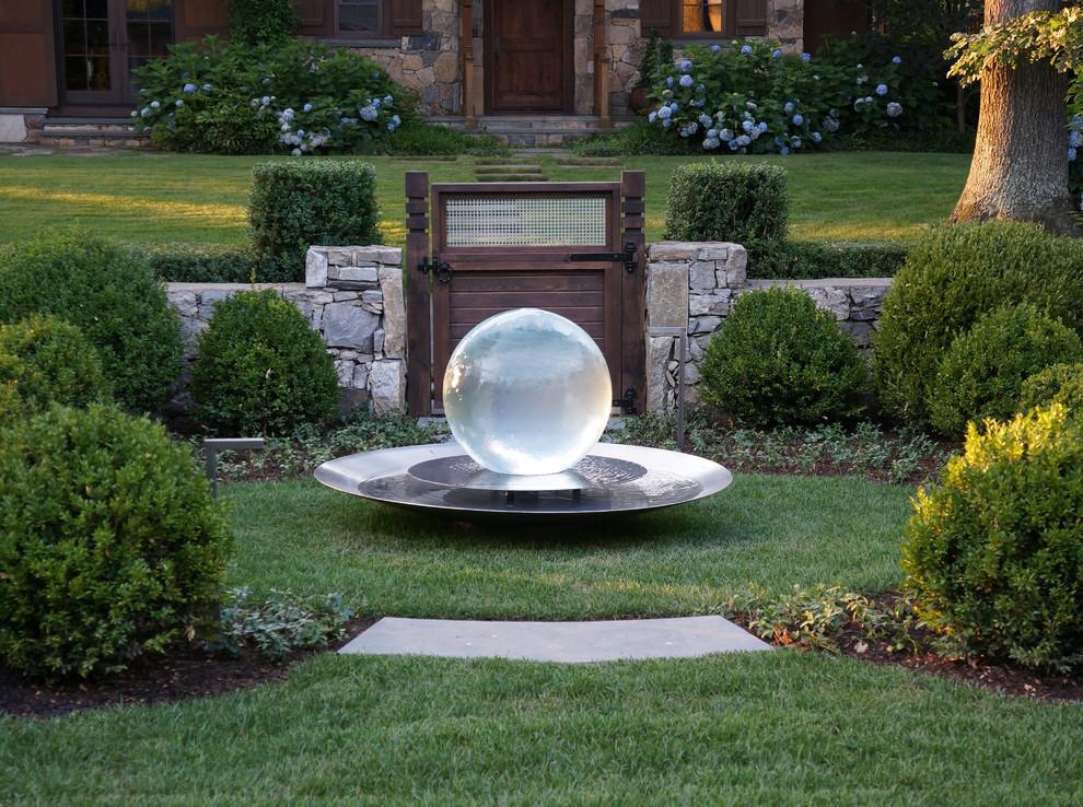 Ispirazione per un giardino chic dietro casa con fontane