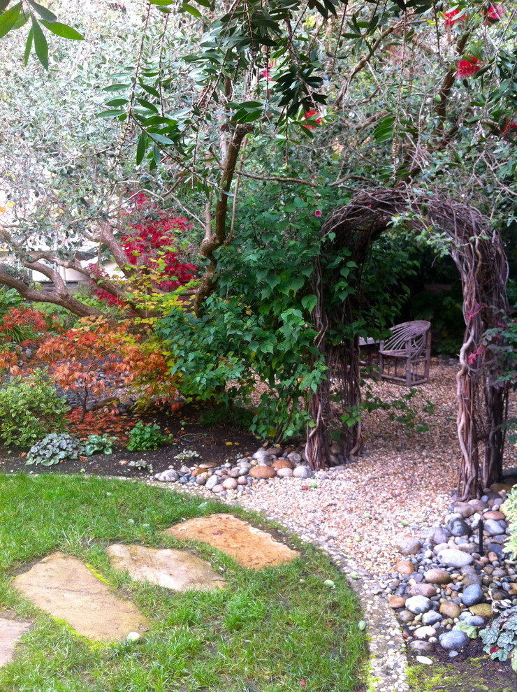 Inspiration for an eclectic shade gravel landscaping in San Francisco for fall.