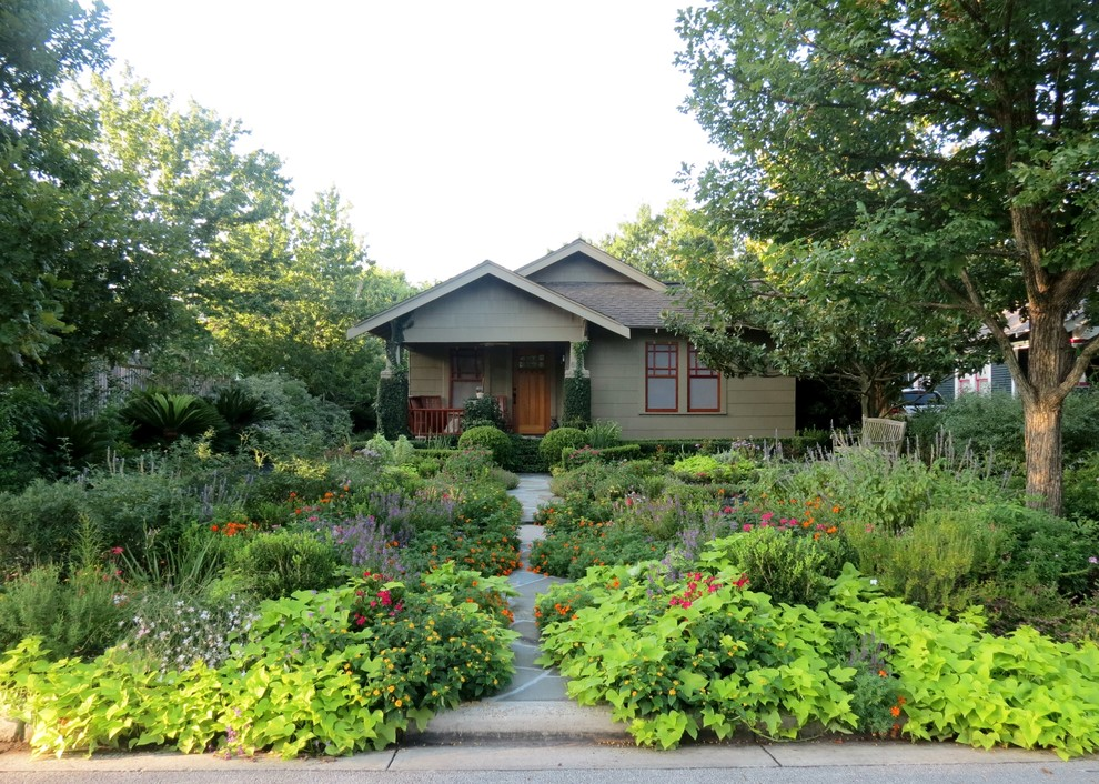 Photo of a craftsman drought-tolerant front yard landscaping in Houston.