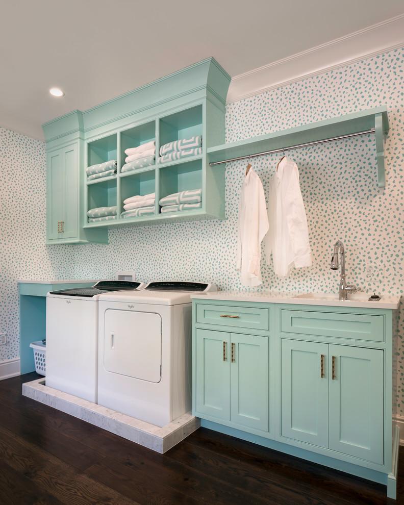 Foto di una sala lavanderia tradizionale di medie dimensioni con lavello da incasso, ante a filo, ante turchesi, parquet scuro, lavatrice e asciugatrice affiancate e top bianco