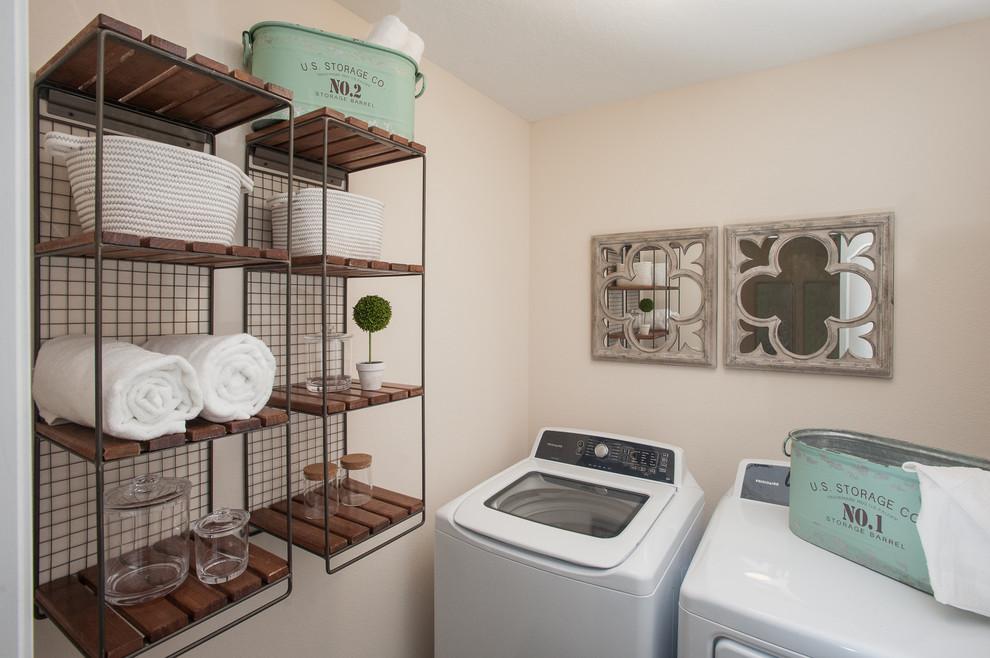 Inspiration pour une petit buanderie style shabby chic avec un placard et des machines côte à côte.