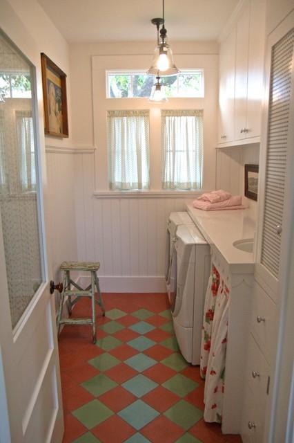 Пример оригинального дизайна интерьера: прачечная среднего размера в стиле шебби-шик