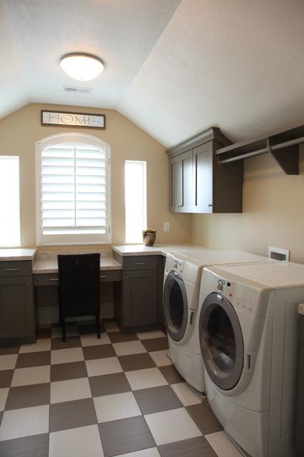 Mittelgroße Klassische Waschküche in U-Form mit Unterbauwaschbecken, Schrankfronten im Shaker-Stil, grauen Schränken, Quarzwerkstein-Arbeitsplatte, beiger Wandfarbe und Waschmaschine und Trockner nebeneinander in Salt Lake City