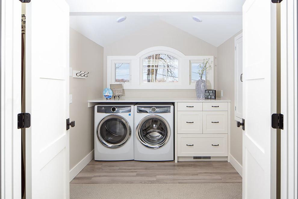 Diseño de lavadero costero con armarios con paneles lisos