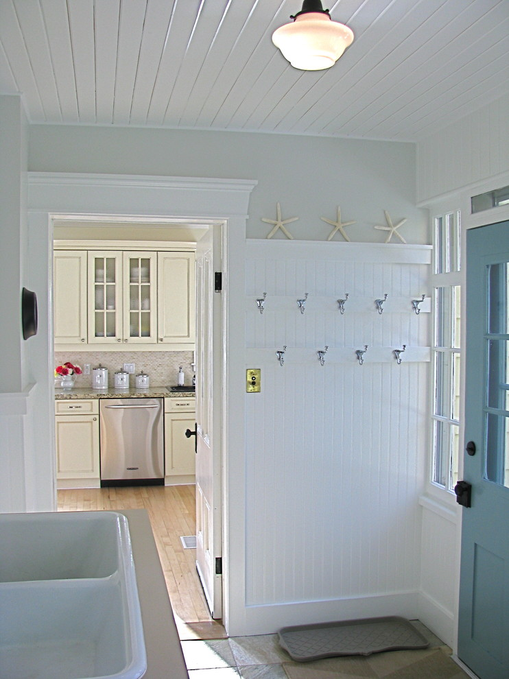 Laundry room - traditional laundry room idea in Toronto with a drop-in sink