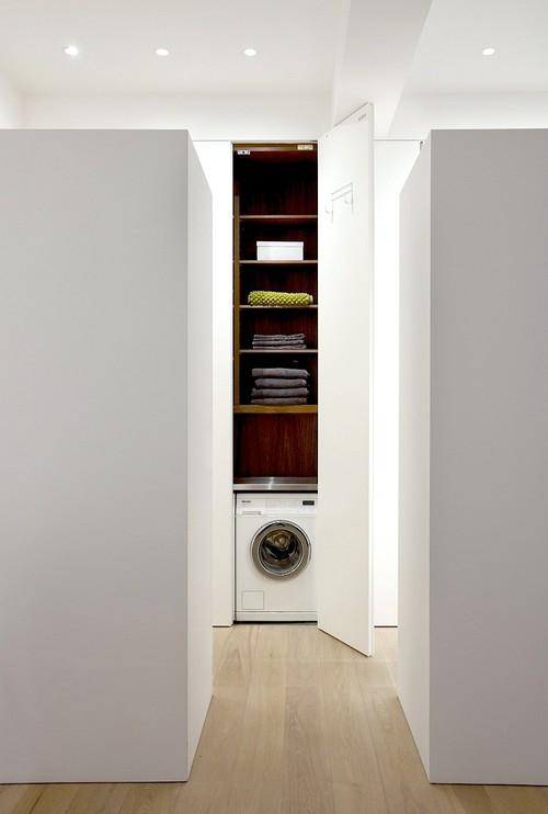machine à laver au fond d'un placard dans le couloir
