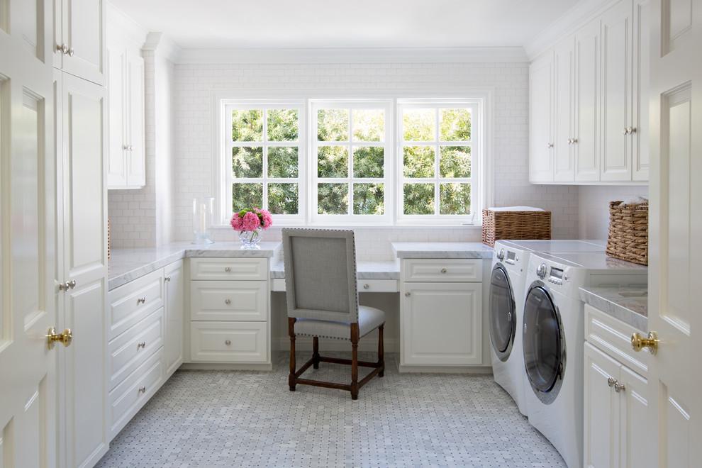 Inspiration för ett mellanstort vintage grå u-format grått grovkök, med luckor med upphöjd panel, vita skåp, en tvättmaskin och torktumlare bredvid varandra, marmorbänkskiva, vita väggar, klinkergolv i porslin och grått golv