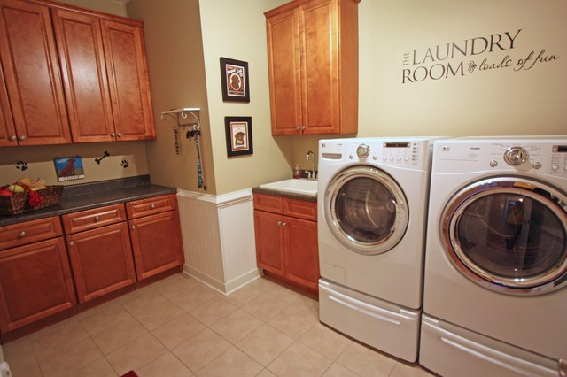 Williamsburg Colonial modern laundry room