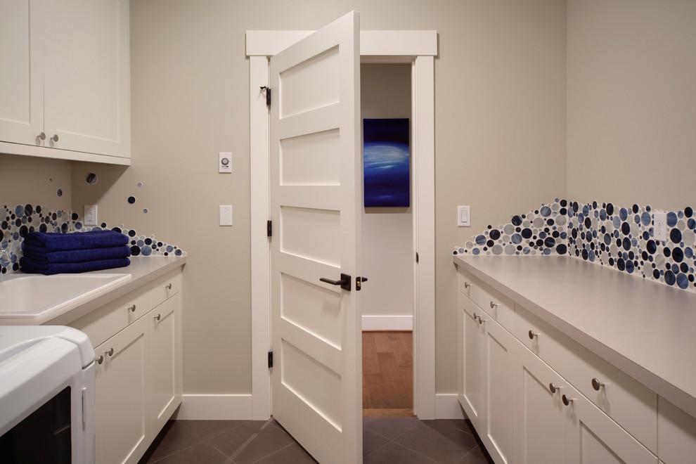Immagine di una sala lavanderia tradizionale con lavello da incasso