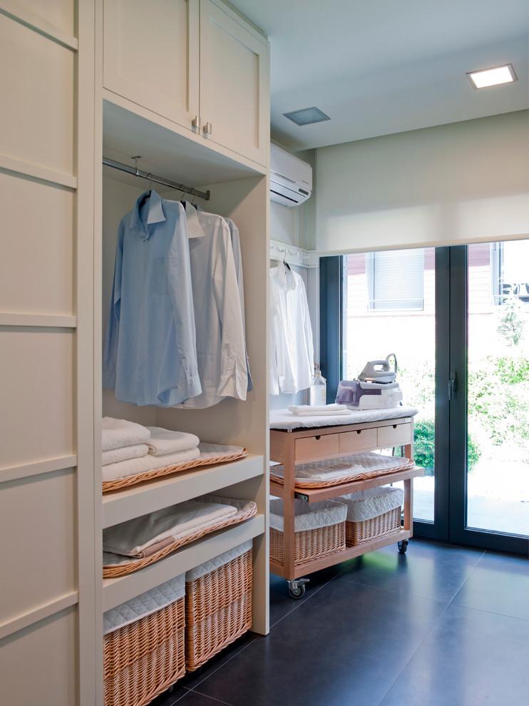 Diseño de cuarto de lavado contemporáneo de tamaño medio