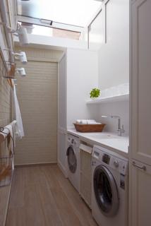 Cocina moderna con despensa y lavadero for Mobiliario lavadero