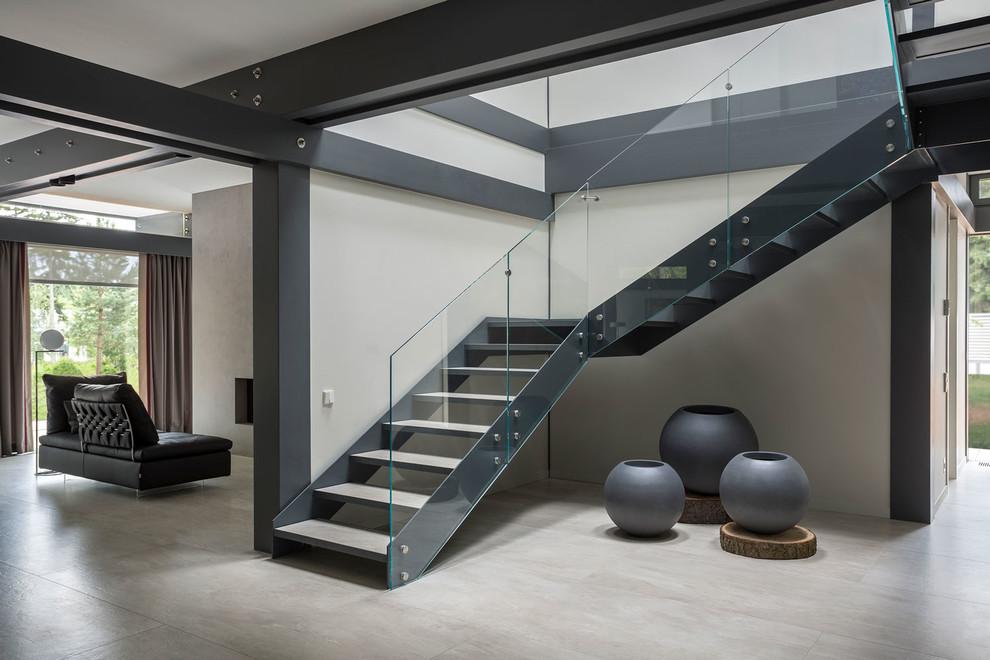 Идея дизайна: большая угловая лестница в современном стиле с стеклянными перилами без подступенок