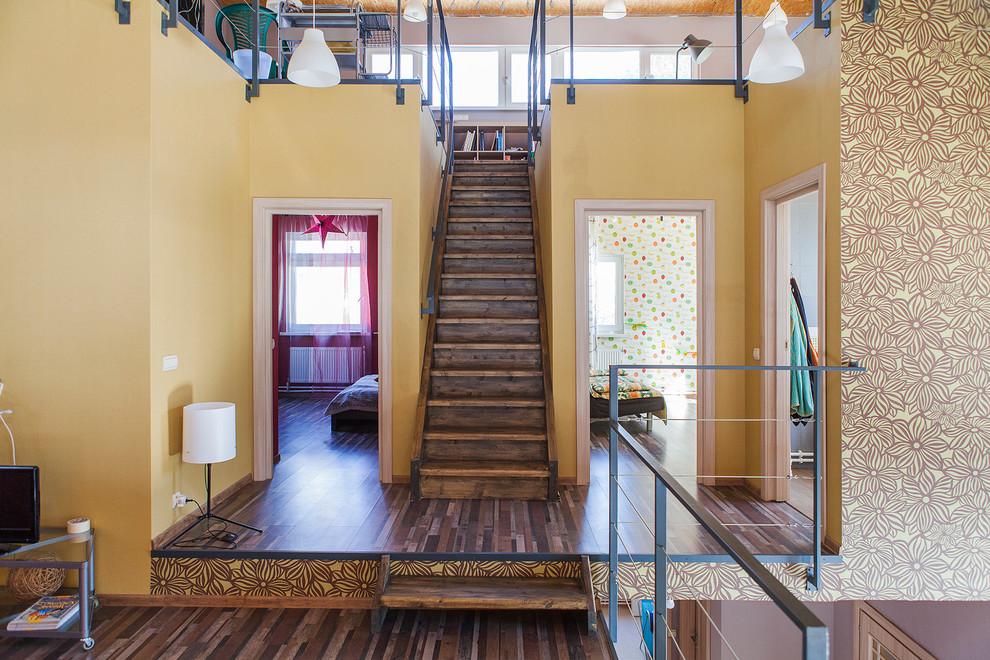 Новые идеи обустройства дома: прямая лестница в современном стиле с деревянными ступенями и деревянными подступенками