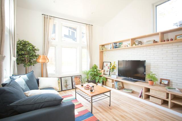 アフタヌーンティーを楽しむ家 contemporary-living-room