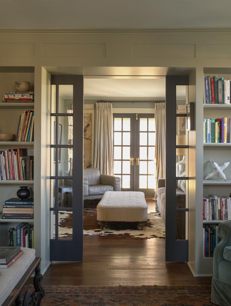 Idee per un soggiorno country chiuso con libreria, pareti grigie e pavimento in legno massello medio