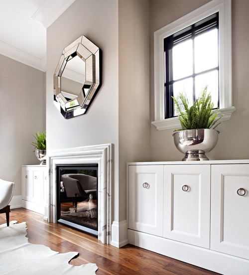 Interior design with neutral colors and trendy mirror decor.