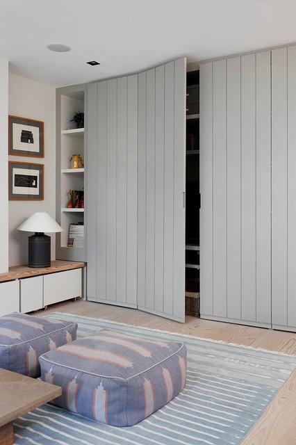 Ispirazione per un soggiorno chic con pavimento beige
