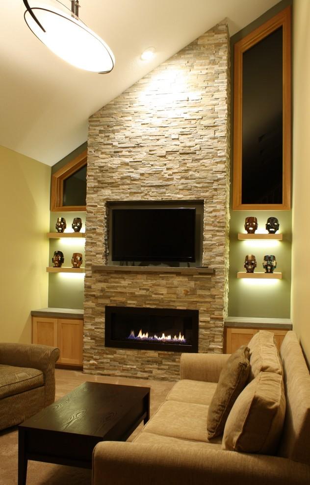 ミネアポリスの中くらいのトランジショナルスタイルのおしゃれな独立型リビング (ベージュの壁、カーペット敷き、横長型暖炉、石材の暖炉まわり、埋込式メディアウォール) の写真