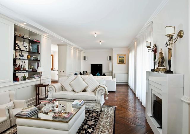Idee per un soggiorno tradizionale aperto con pareti bianche, parquet scuro, camino lineare Ribbon e TV a parete