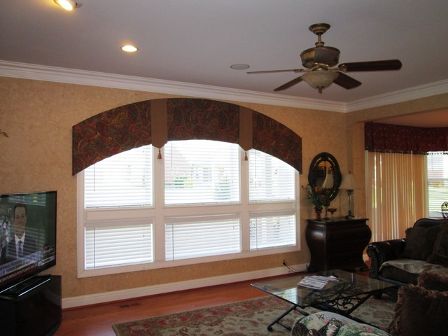 Arched window treatments traditional living room for Traditional window treatments living room