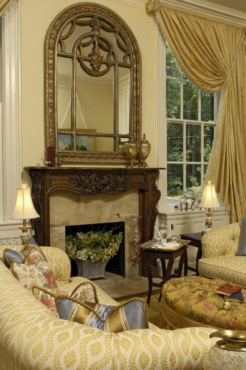 камин с зеркалом золото бледно желтые стены яркая мебель