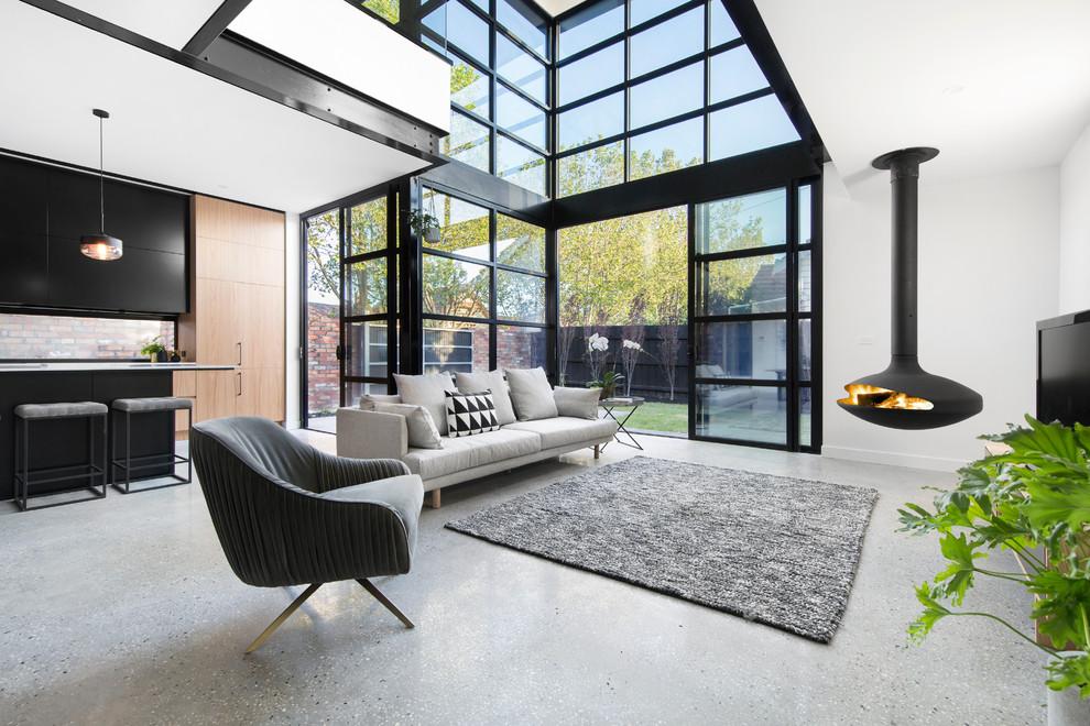 Foto de salón abierto, contemporáneo, con paredes blancas, chimeneas suspendidas y alfombra