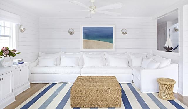 Idées déco pour un petit salon bord de mer ouvert avec un mur blanc, un sol en bois clair et aucune cheminée.
