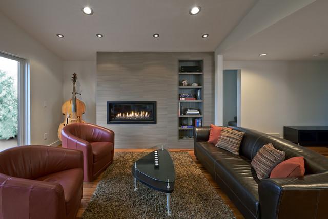 Imagen de salón actual, sin televisor, con paredes blancas, suelo de madera en tonos medios y chimenea lineal