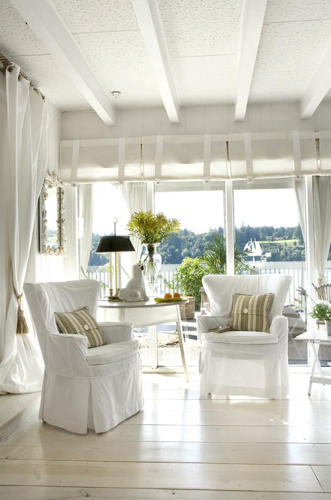 Esempio di un soggiorno contemporaneo con pareti bianche, parquet chiaro e pavimento bianco