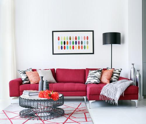 salon graphique à contrastes colorés sur un mur blanc