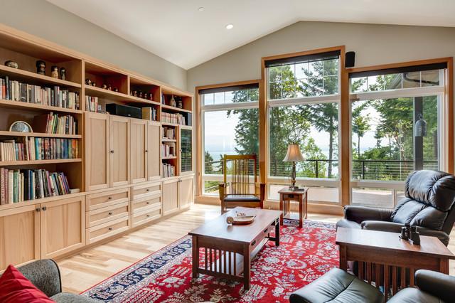 Ejemplo de salón de estilo americano con paredes grises, suelo de madera clara, televisor retractable y suelo beige