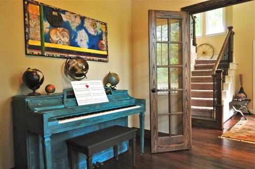 インテリアの一部になっているターコイズのピアノがとってもおしゃれです。