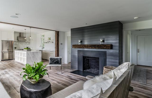 Esempio di un soggiorno country aperto e di medie dimensioni con camino classico e pareti grigie